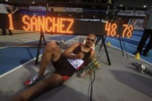 Record du monde de Félix Sanchez 400 mètres haies en salle